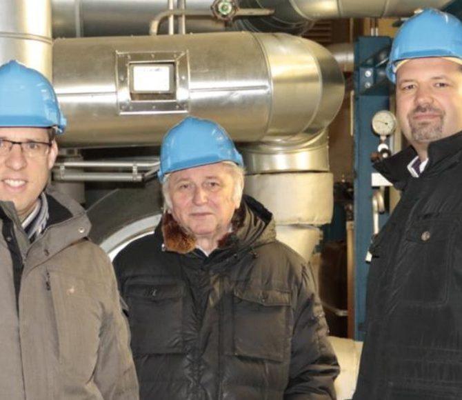 Raphael Bögge (Bürgermeister Senden), Herbert Heinz und Jochen Sautter (Geschäftsführer Blue Energy Europe) im Holzgaskraftwerk in Senden