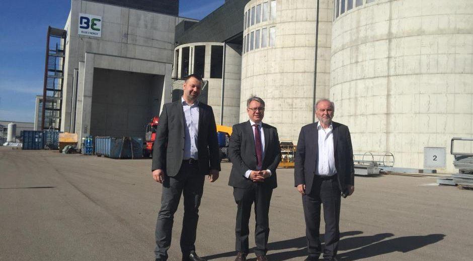 Vor dem Holzkraftwerk in Senden: Jochen Sautter, Georg Nüßlein und Herbert Heinz